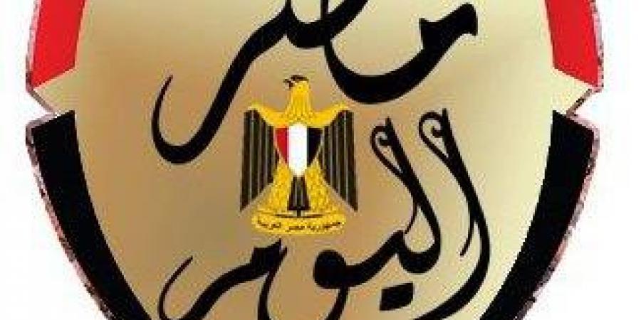 شاهد..العشرات يحتشدون حول علاء مبارك بعد صلاة الفجر بالحسين